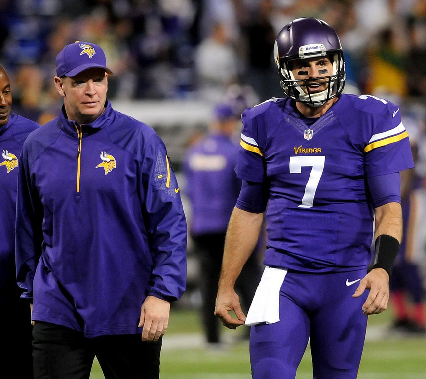 . Minnesota Vikings offensive coordinator Bill Musgrave talks with starting quarterback Christian Ponder pregame. (Pioneer Press: Sherri LaRose-Chiglo)