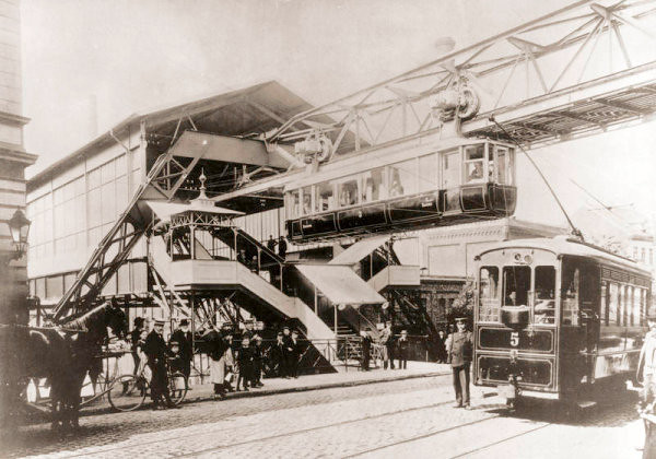 Die Wuppertaler Schwebebahn, ein innovativer Meilenstein in der Geschichte der MAN. The suspension train in Wuppertal, an innovative milestone in MAN Corporation history. Here we see a very early monorail / streetcar multimodal station.