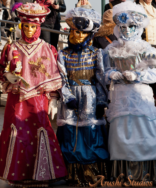 We saw a lot of ladies wearing beautiful costumes of the medieval Venice and strolling along the grand canal and St Mark's square.