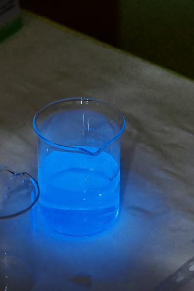 Bohužel jsem zapomněl, co bylo tohle, ale na rozdíl od světélkujících látek, které předváděli o patro níž optici a které se rozzářily až pod UV lampou je tohle z expozice organických chemiků a světélkovalo to samo od sebe.