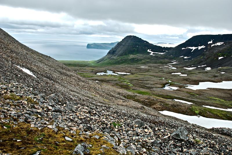 Kjaransvík. Álfsfell. Í fjarska sést í Hælavíkurbjarg.