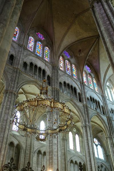 Immense chandelier dans la cathédrale de Bourges