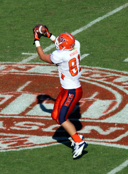 UTEP receiver catches a pass