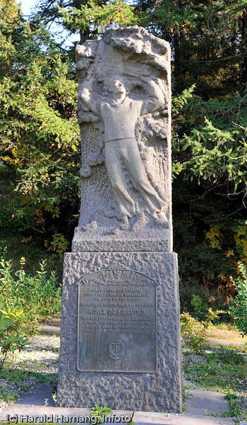 Bauta til minne om de falne etter panserskipene Norge og Eidsvoll 9. april 1940.