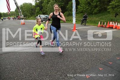 2016 10 Miler Finish Line 1