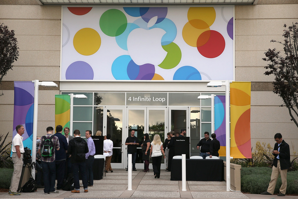 . People arrive for an Apple product announcement at the Apple campus on September 10, 2013 in Cupertino, California.   (Photo by Justin Sullivan/Getty Images)