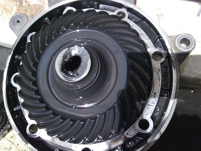 Se per caso quando si smonta la ruota vedete colare olio a dismisura,che a ruota montata non si evinceva, questo è il problema: rottura interna del mozzo che trattiene il cuscinetto piccolo interno.