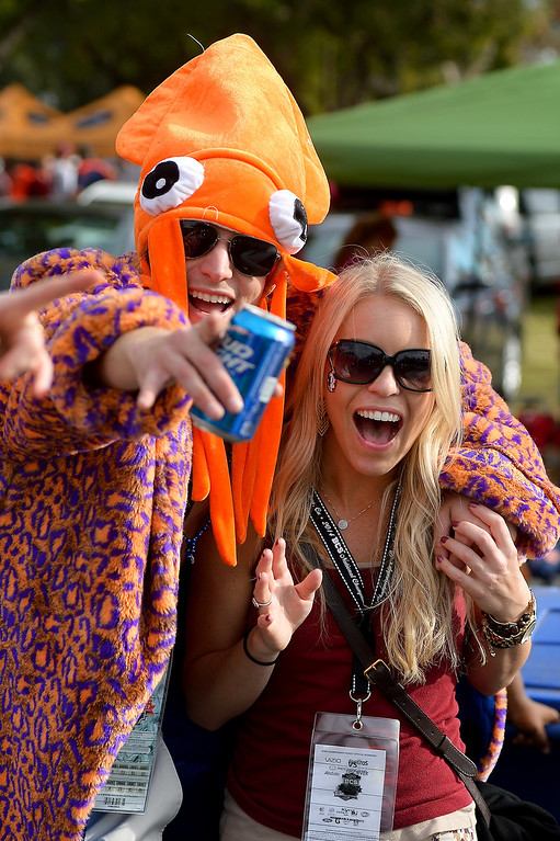 . Auburn fan Brian Schmidt, of Venice, and Florida State fan Raina Rosiek have fun before the BCS game at the Rose Bowl, Monday, January 6, 2014. (Photo by Michael Owen Baker/L.A. Daily News)