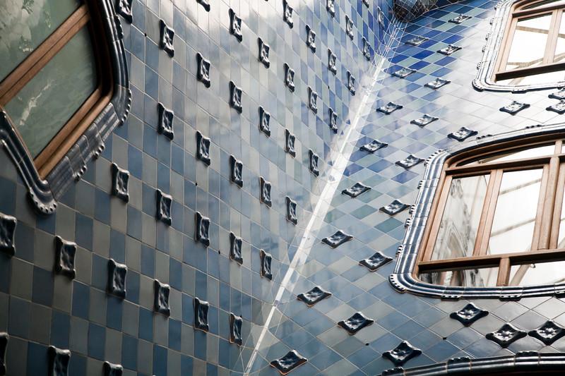 Patio interior cubierto de azulejos, Casa Batlló, obra de Gaudí, paseo de Gracia, Barcelona