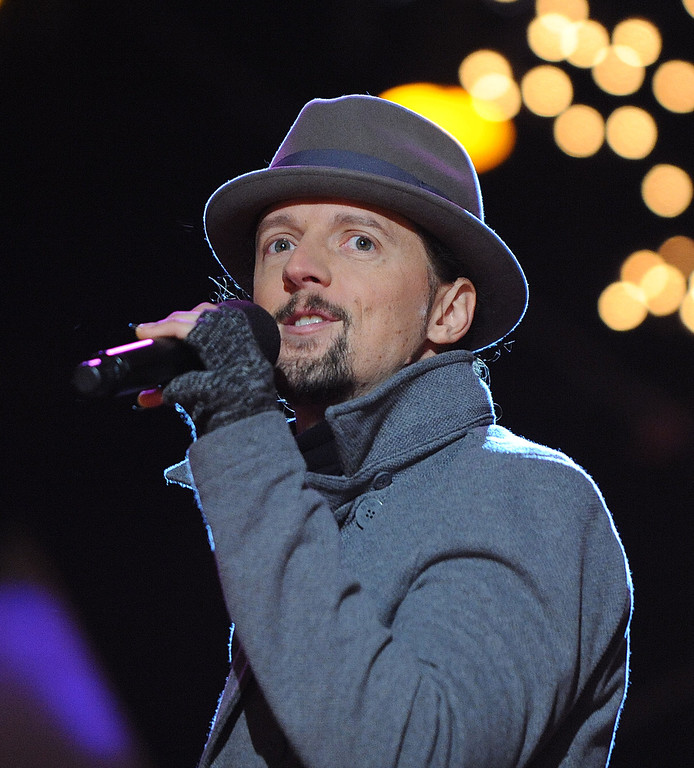 . WASHINGTON, DC - DECEMBER 6: (AFP OUT) Singer and songwriter Jason Mraz performs at the concert during the 90th National Christmas Tree Lighting Ceremony on the Ellipse behind the White House on December 6, 2012 in Washington, DC. This year is the 90th annual National Christmas Tree Lighting Ceremony. (Photo by Olivier Douliery-Pool/Getty Images)