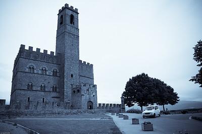 Ein trotziges Kastell aus dem 13. Jahrhundert thront über der Stadt... / An defiant castle from 13th century oversees the town...