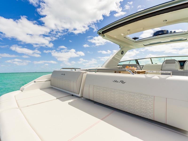 2020-SLX-R-400-e-Outboard-aft-sunpad-01.jpg