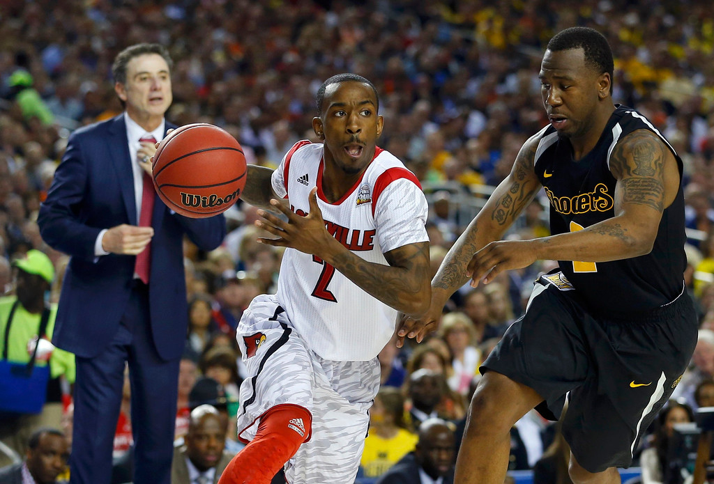 . Louisville Cardinals guard Russ Smith (L) drives to the net on Wichita State Shockers guard Malcolm Armstead during the second half of their NCAA men\'s Final Four basketball game in Atlanta, Georgia April 6, 2013.  REUTERS/Chris Keane