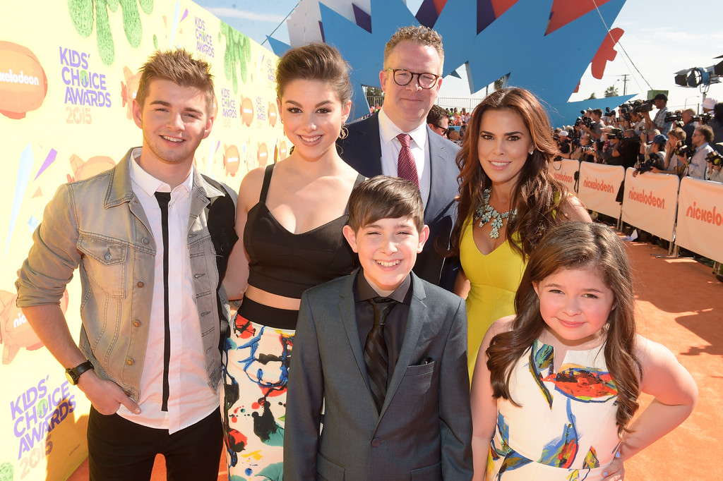 . (Top L-R) Actors Jack Griffo, Kira Kosarin, Chris Tallman, Rosa Blasi, Bottom L-R) Diego Velázquez, and Addison Riecke of The Thundermans attend Nickelodeon\'s 28th Annual Kids\' Choice Awards held at The Forum on March 28, 2015 in Inglewood, California.  (Photo by Jason Kempin/Getty Images)