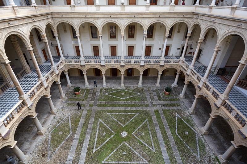 Cours du palais des Normands et chapelle Palatine, Palerme, Sicile, Italie