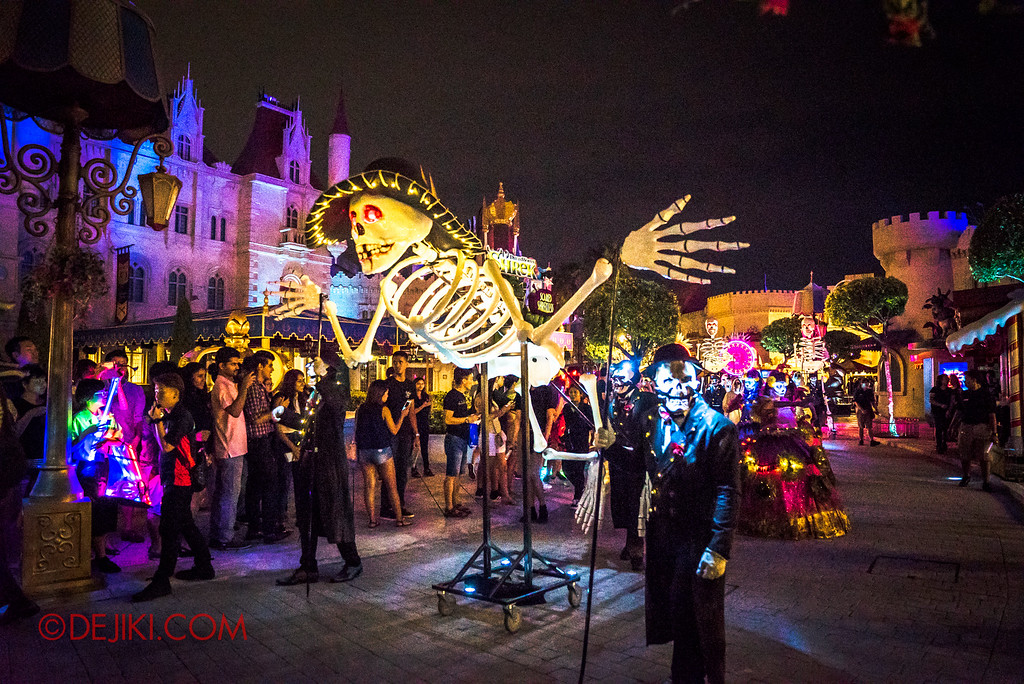 Halloween Horror Nights 6 - March of the Dead / Death March - Giant Skeleton at Far Far Away