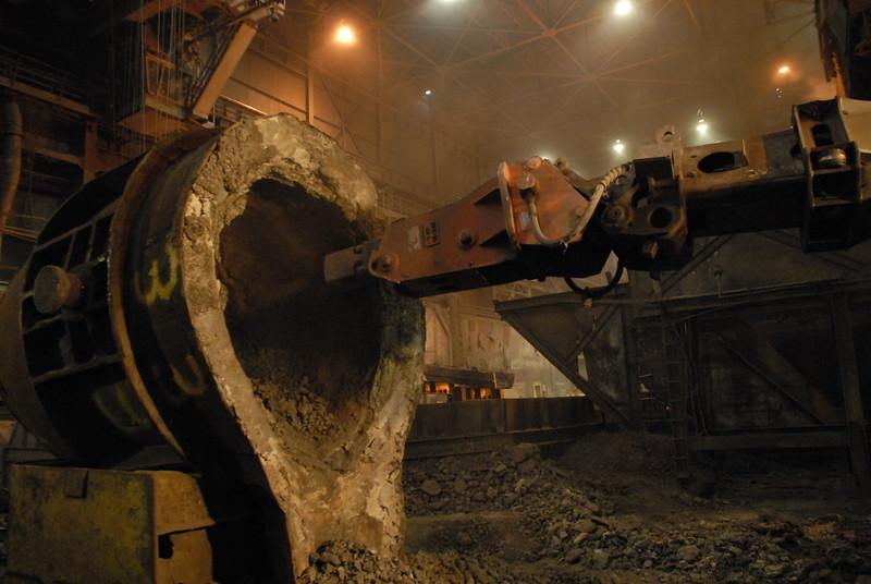 NPK GH4 hydraulic hammer deskulling slag pot in steel mill(15).JPG
