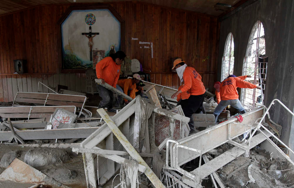 Description of . Rescuers dig for the body of a typhoon victim inside a church damaged by flash floods at the height of Typhoon Bopha, in New Bataan town in Compostela Valley, southern Philippines December 8, 2012. Philippine President Benigno Aquino declared a state of national calamity on Saturday, four days after this year\'s strongest typhoon left nearly 1,000 people dead or missing mostly in the country\'s resource-rich south. REUTERS/Erik De Castro