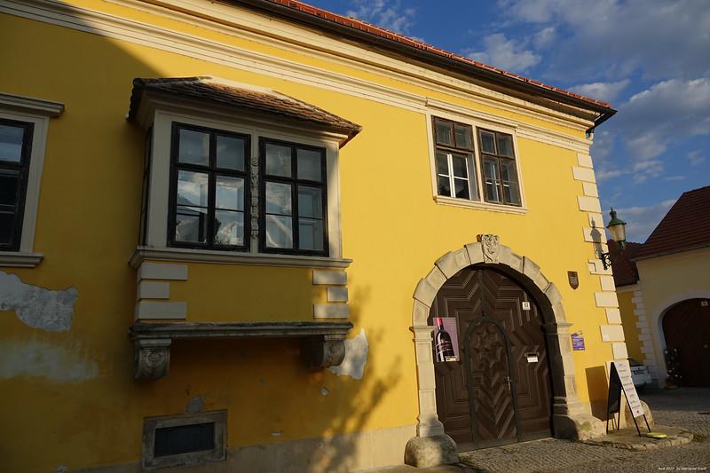9 gelbes Haus.jpg