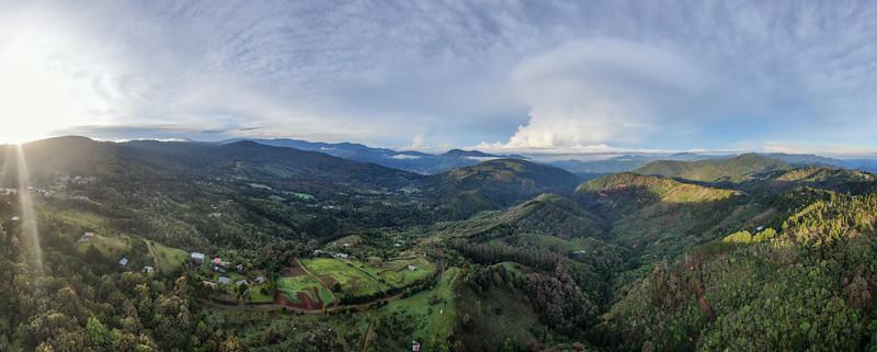 Amanecer sobre las montañas de Dota en Costa Rica