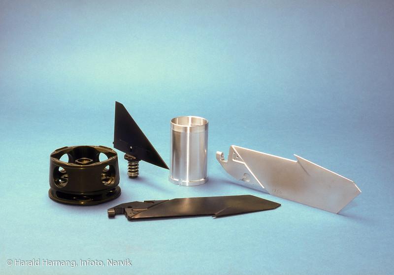 Maskinerte deler til varmesøkende rakett Robot 70. Deler produert av Kongsberg Våpenfabrikk, senere Norsk forsvarsteknologi, Narvik. Elokserte og ikke behandlede deler.  Ror (trekantform), vinger og rormaskinhus.