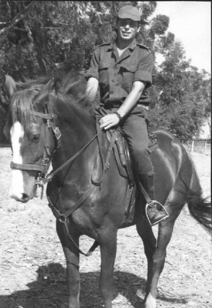 Zé Tó Macedo Simoes  O Dique era um cavalo castanho, pequeno e bera como a cobras. O que está na foto com o Zé Tó Macedo Simões era uma pileca de primeira, muito querido do Zé Santos Sousa, mas não me consigo lembrar do nome dele (não era Azalão...). Victor Valente