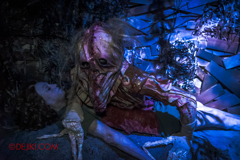 Halloween Horror Nights 7 - HEX haunted house / Evil hatchling