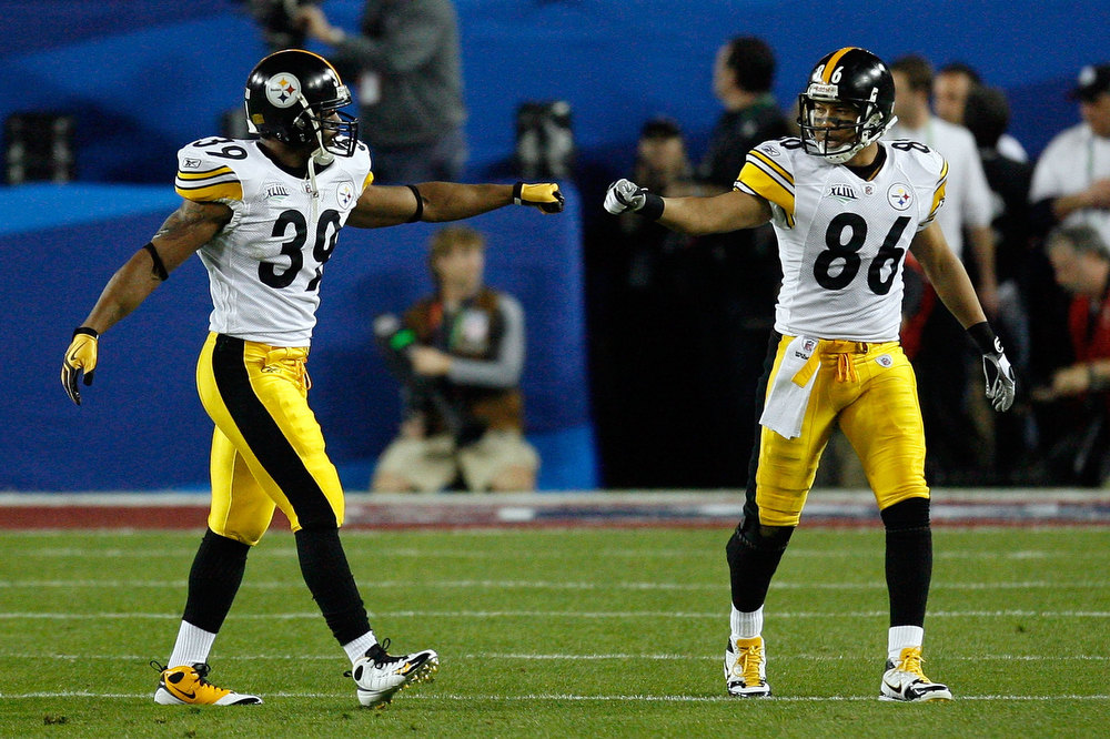 . Running back Willie Parker #39 and wide receiver Hines Ward #86 of the Pittsburgh Steelers touch fists against the Arizona Cardinals during Super Bowl XLIII on February 1, 2009 at Raymond James Stadium in Tampa, Florida.  (Photo by Kevin C. Cox/Getty Images)