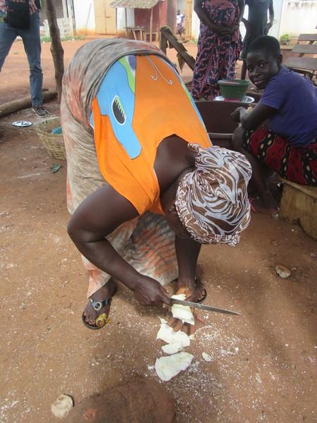 042_Aniassué. Semoule de manioc (Attieké). 2 de 7. Enlever la peau et Couper en morceaux.JPG