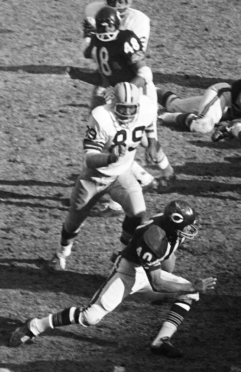 . FILE - In this Nov. 27, 1967, file photo, Green Bay Packers Dave Robinson (89) chases Chicago Bears\' Gale Sayers (40) during an NFL football game in Chicago. Robinson was selected to the Pro Football Hall of Fame on Saturday, Feb. 2, 2013. (AP Photo/Larry Stoddard, File)
