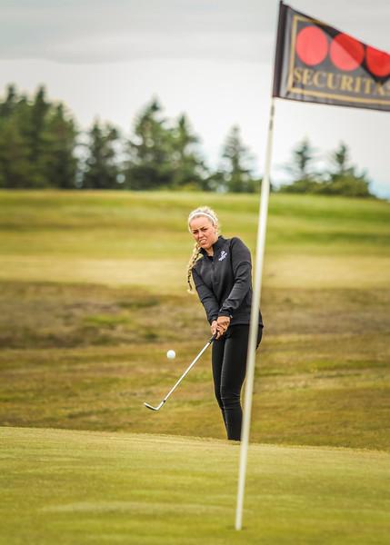 Saga Traustadóttir, GR, við 12. flöt á Garðavelli.  Mynd/seth@golf.is