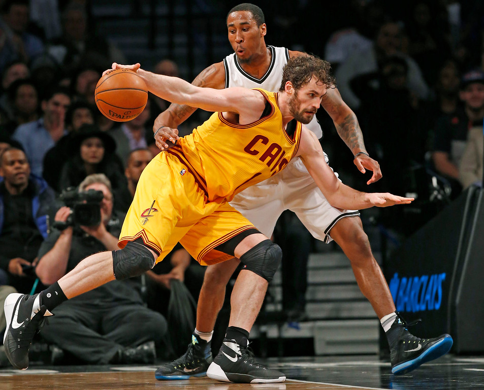 . Brooklyn Nets guard Rondae Hollis-Jefferson defends Cleveland Cavaliers forward Kevin Love (0) as Love drives into the paint in the second half of an NBA basketball game, Thursday, March 24, 2016, in New York. The Nets upset the Cavaliers 104-95. (AP Photo/Kathy Willens)