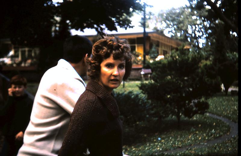 1972-12 (3) Nigel & Judy @ fitzroy Gardens.JPG