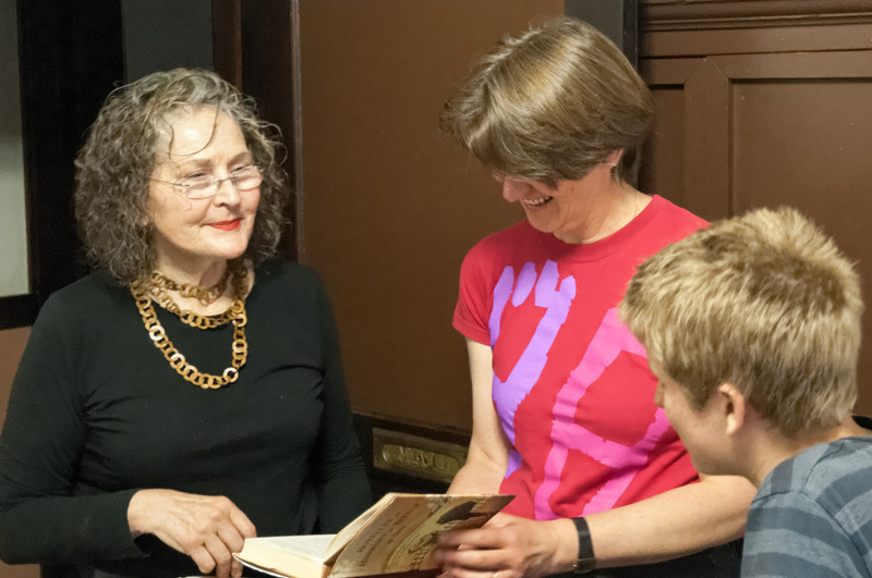 Jan Johnson st die Besitzerin des Hotels Panama. Hier zeigt sie uns den Roman, in dem das Hotel und sie selbst vorkommt. Den müssen wir lesen!