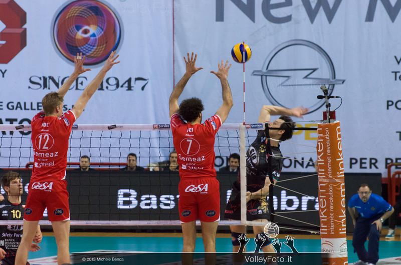 Vujevic Goran (Perugia) attacca contro HOLT Maxwell Philip e FEI Alessandro (Piacenza)