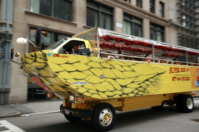 Amphibious expedite vehicle