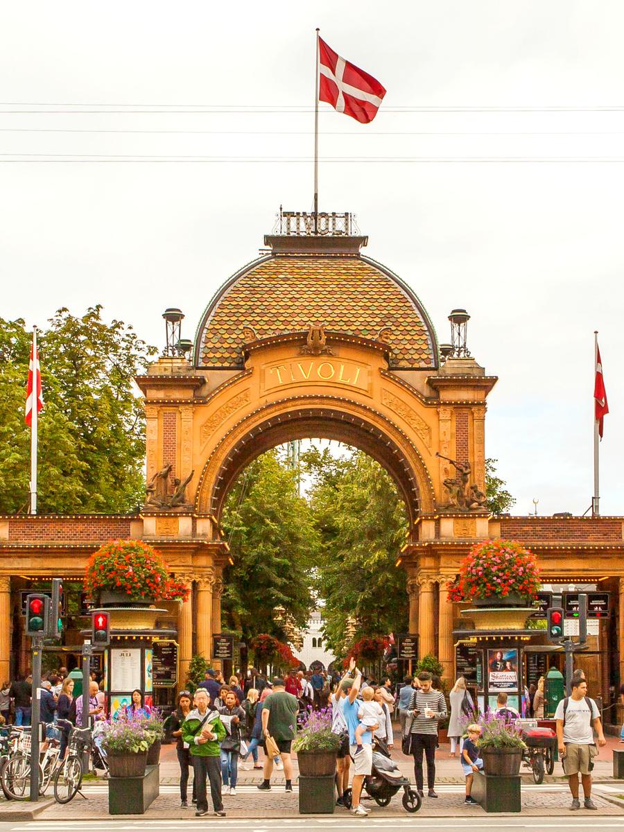 哥本哈根趣伏里公园(Tivoli Gardens),世上现存第二古老的主题公园
