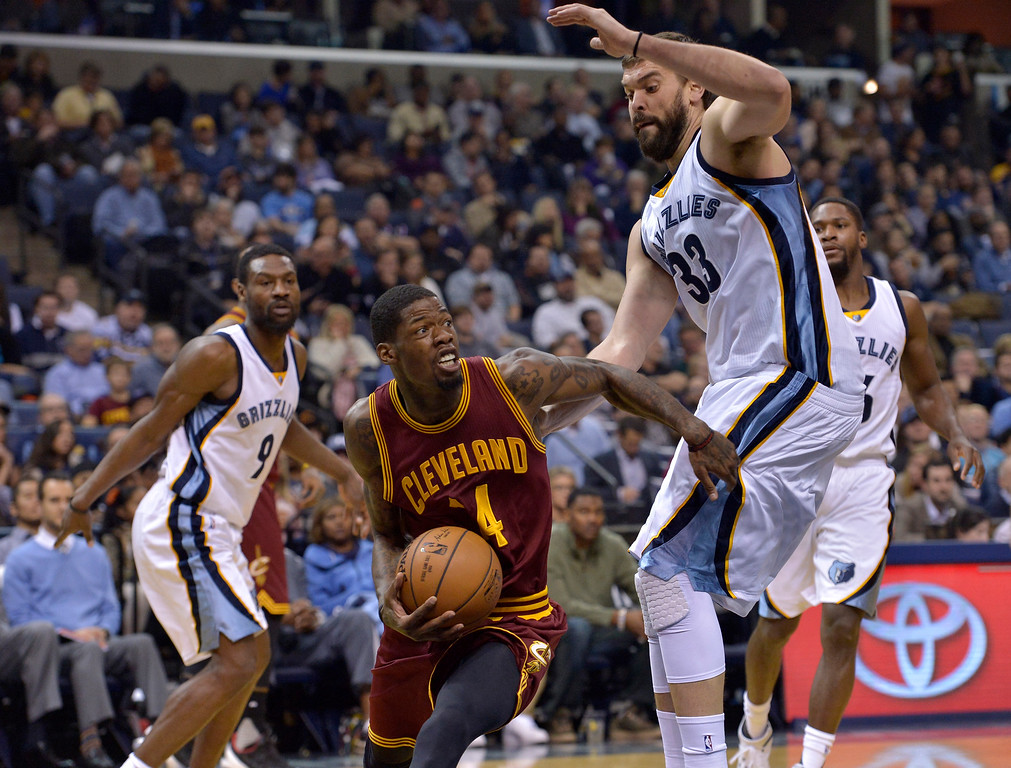 . Cleveland Cavaliers guard DeAndre Liggins, center, drives against Memphis Grizzlies center Marc Gasol (33) in the first half of an NBA basketball game Wednesday, Dec. 14, 2016, in Memphis, Tenn. (AP Photo/Brandon Dill)