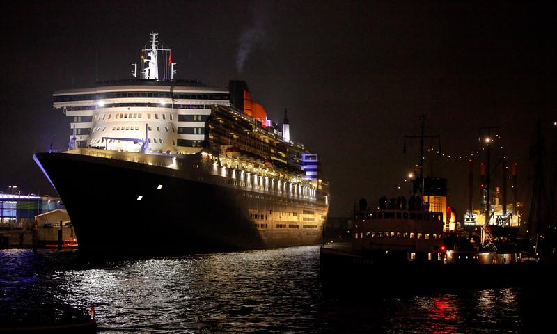Queen Mary 2 bei Nacht Kreuzfahrtterminal Hafen City Hamburg
