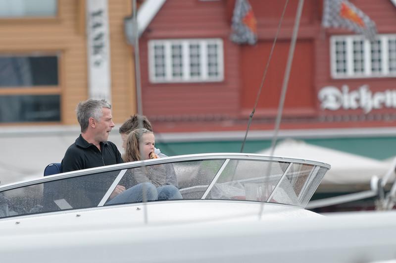 Diese Familie konnte das Konzert vom Boot im Hafen mitverfolgen.