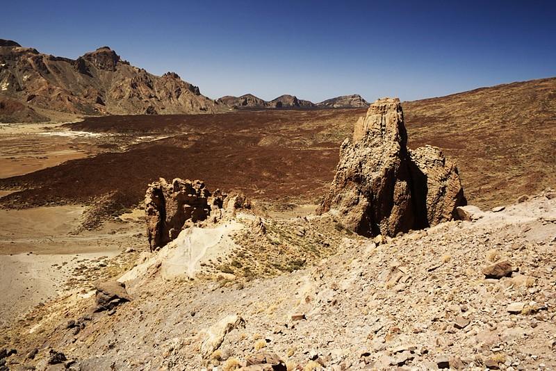 Roques de García, pohled dolů do kaldery. Vlevo tradičně El Sombrero, přímo před námi v dálce černé lávové pole, kde jsme před chvílí byli.