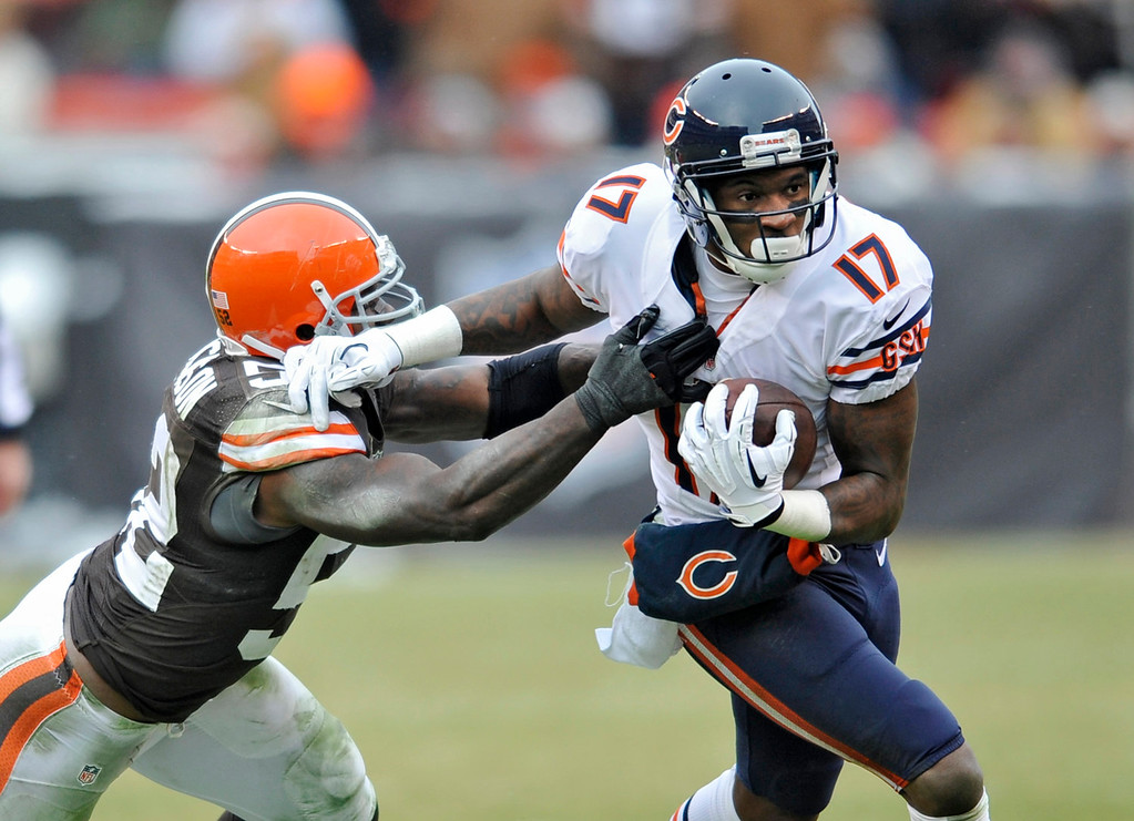 . Chicago Bears wide receiver Alshon Jeffery (17) fights off Cleveland Browns inside linebacker D\'Qwell Jackson after a catch in the second quarter of an NFL football game, Sunday, Dec. 15, 2013, in Cleveland. (AP Photo/David Richard)