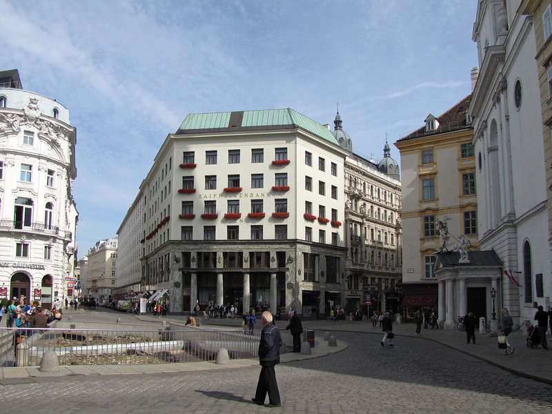 08-Loos haus, 1911, opposite Hofburg Palace. This is one of a dozen Secessionist (anti-neoclassical) designs.