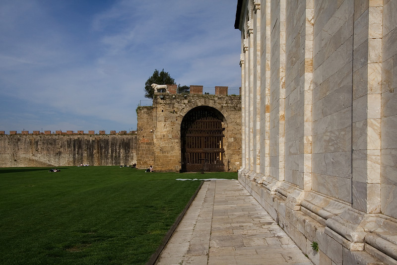 Gate in the Pisa Wall 2.jpg