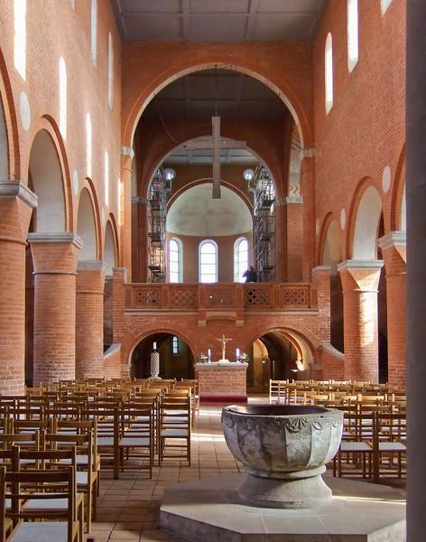 Jerichow, Stiftskirche: Blick nach Westen, Sandsteintaufe (M. 13. Jh.)