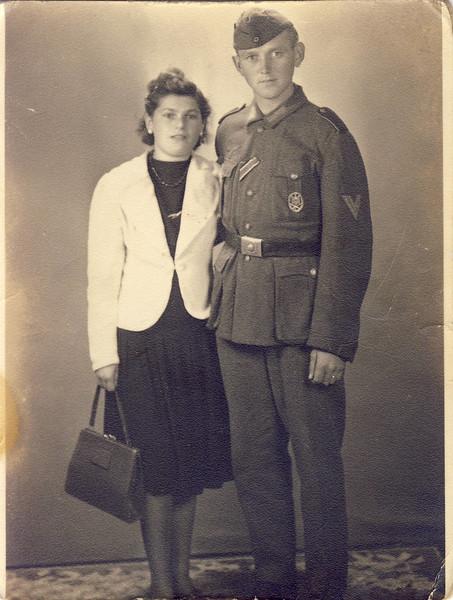 010 Verlobung Mutti 1943.JPG