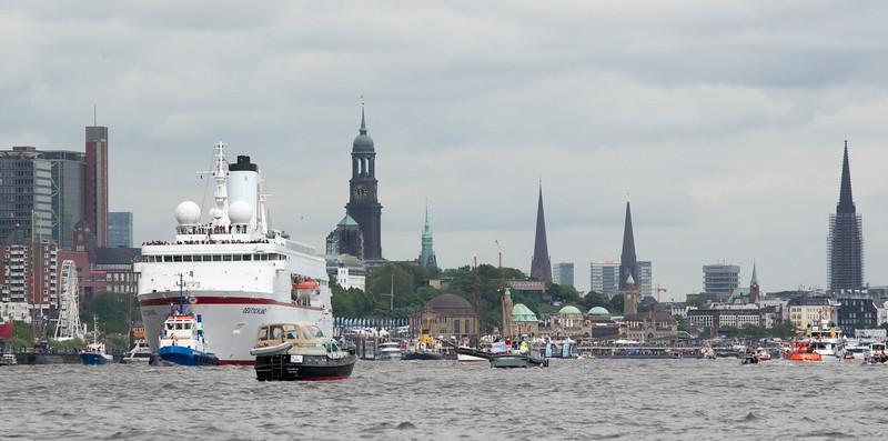 Hamburg Skyline mit Kreuzfahrtschiff Deutschland