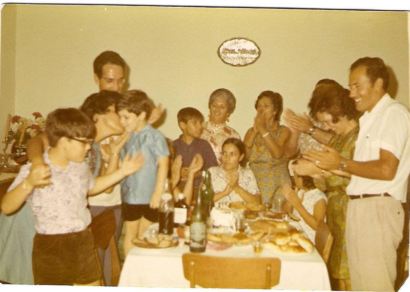 Zézé, Lurdes, Carlitos, atrás Carreira, Galhé, Lurdes Mota, Herminia Santos, Lisa Santos, casal Cláudio, a menina , deve ser filha do Cláudio.