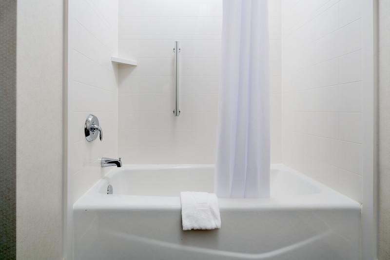 46-Guestroom Shower-Hampton Dallas.jpg