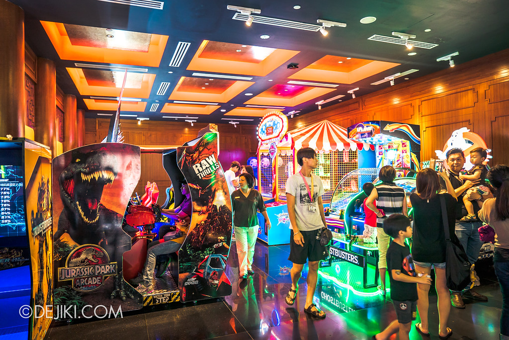 Universal Studios Singapore - Hollywood China Arcade / Jurassic Park and other games